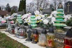 Votive stearinljus lykta på graven i slovakisk kyrkogård All Saints& x27; Dag Helgon för högtidlighet allra all helgdagsafton hal Arkivfoton