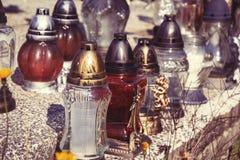 Votive stearinljus lykta på graven i slovakisk kyrkogård All Saints& x27; Dag Helgon för högtidlighet allra all helgdagsafton hal Fotografering för Bildbyråer