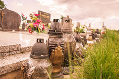 Votive stearinljus lykta på graven i slovakisk kyrkogård All Saints& x27; Dag Helgon för högtidlighet allra all helgdagsafton hal Arkivfoto
