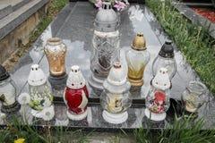 Votive stearinljus lykta på graven i slovakisk kyrkogård All Saints& x27; Dag Helgon för högtidlighet allra all helgdagsafton hal Royaltyfria Foton