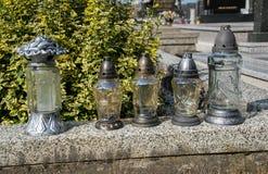 Votive stearinljus lykta på graven i slovakisk kyrkogård All Saints& x27; Dag Helgon för högtidlighet allra all helgdagsafton hal Royaltyfri Fotografi