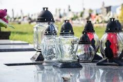 Votive stearinljus lykta på graven i slovakisk kyrkogård All Saints& x27; Dag Helgon för högtidlighet allra all helgdagsafton hal Arkivbild