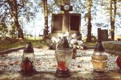Votive stearinljus lykta på graven i slovakisk kyrkogård All Saints& x27; Dag Helgon för högtidlighet allra all helgdagsafton hal Arkivbilder