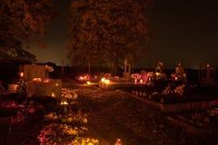 Votive stearinljus lyktabränning på gravarna i slovakisk kyrkogård på nattetid All Saints& x27; Dag Helgon för högtidlighet allra Royaltyfria Foton