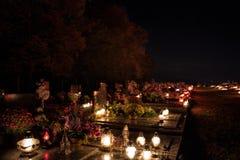 Votive stearinljus lyktabränning på gravarna i slovakisk kyrkogård på nattetid All Saints& x27; Dag Helgon för högtidlighet allra royaltyfri bild