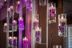 Votive stearinljus med purpurfärgade blommor Royaltyfria Bilder