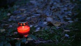 Votive stearinljus på grav lager videofilmer