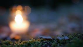 Votive stearinljus på grav, allvarlig stearinljus arkivfilmer
