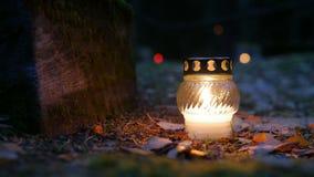 Votive stearinljus på grav, allvarlig stearinljus stock video