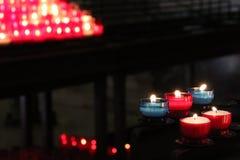 Votive stearinljus tändes i denTherese basilikan i Lisieux (Frankrike) Royaltyfri Bild