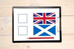 Voto com as bandeiras de Reino Unido e de scotland Fotografia de Stock Royalty Free