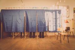 Voto della gente nella cabina di voto Immagini Stock Libere da Diritti