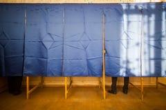 Voto della gente nella cabina di voto Immagine Stock Libera da Diritti
