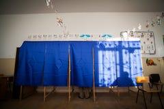 Voto della gente nella cabina di voto Fotografia Stock