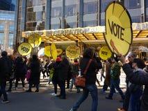 Voto, hotel internacional y torre, marzo por nuestras vidas, protesta del triunfo para la reforma del arma, NYC, NY, los E.E.U.U. Imagen de archivo libre de regalías