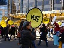 Voto, hotel internacional y torre, marzo por nuestras vidas, protesta del triunfo para la reforma del arma, NYC, NY, los E.E.U.U. Imagenes de archivo