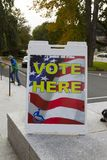 VOTO QUI segno e degli elettori fotografia stock