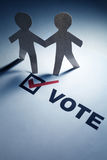 Voto y hombres de cadena del papel Imágenes de archivo libres de regalías