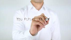 Votre avenir est défini par ce que vous faites aujourd'hui, écriture d'homme sur le verre banque de vidéos