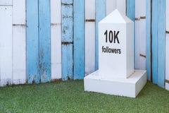 Votre concept de fond d'étapes importantes L'étape importante blanche avec 10K Photo stock