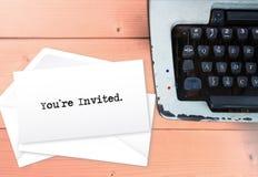 Vous ` au sujet d'inviter dessus enveloppez la pile de lettres avec la machine à écrire images libres de droits