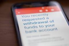 Vous avez demandé le retrait des fonds au message de compte bancaire sur le plan rapproché d'écran de smartphone photos stock