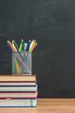 Vous devez apporter le crayon d'aquarelle pour de nouveau à l'école pour l'art photos libres de droits