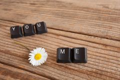 vous et moi avez écrit avec des clés de clavier sur le fond en bois Images stock