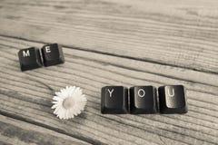 vous et moi avez écrit avec des clés de clavier sur le fond en bois, blac Photographie stock