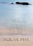 Vous et moi message écrit dans le sable sur une belle plage Images libres de droits