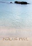 Vous et moi message écrit dans le sable sur une belle plage Photo libre de droits