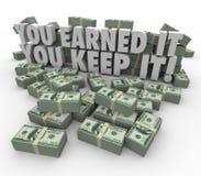 Vous l'avez gagné que vous le gardez revenu de piles d'argent pour éviter payer des impôts Photos libres de droits