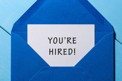 Vous louez l'expression écrite dans le papier à l'enveloppe bleue Concept de ressources humaines Image stock