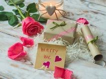 Vous m'épouserez des mots écrits sur le papier, carte d'amour Fond de jour du ` s de Valentine, carte postale d'amour Photos libres de droits