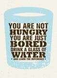 Vous n'avez pas faim, juste ennuyeux Buvez un verre de l'eau et sentez la différence Citation créative de motivation de vecteur illustration libre de droits