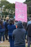 Vous pouvez dire que le ` m d'I qu'un signe de rêveur s'est tenu par le protestataire Photo libre de droits