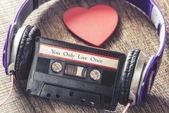 Vous seulement message de motivation de Live Once écrit sur une cassette sonore Image libre de droits