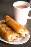 Vous tiao ou beignet chinois avec le thé laiteux Image stock