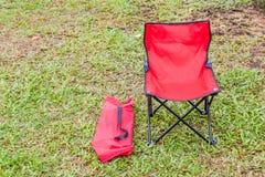 Vouwbare het kamperen stoel met de groene gazonachtergrond royalty-vrije stock afbeeldingen