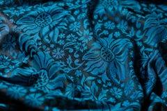 Vouwen van zwart-en-blauwe kasjmierdoek stock foto's