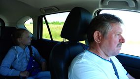 Vovô com passeio da neta em um carro que viaja junto vídeos de arquivo