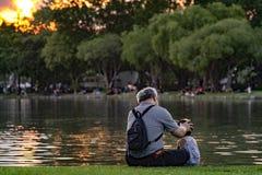 Vovô e sobrinho que relaxam no parque do chatuchak Imagem de Stock