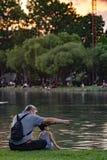 Vovô e sobrinho que relaxam no parque do chatuchak Imagens de Stock Royalty Free