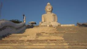 Voy encima de los pasos, Buda grande miro en la lente de cámara Doy vuelta a la cámara y mis ojos dan vuelta almacen de video