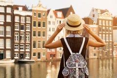 Voyage à Amsterdam Belle femme des vacances dans la ville d'Amsterdam photographie stock libre de droits