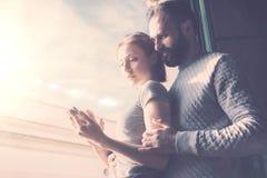 Voyage adulte d'été de couples Femme de photo et homme barbu à l'aide du téléphone portable Contemporain d'écran tactile de fille Photo libre de droits