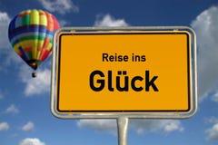 Voyage allemand de panneau routier au bonheur Photo stock