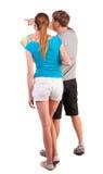 Voyage arrière de vue des jeunes couples regardant la carte Photo stock