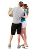 Voyage arrière de vue des jeunes couples regardant la carte. Images libres de droits