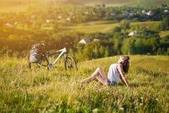 Voyage avec la bicyclette seule - touriste de jeune femme Photographie stock